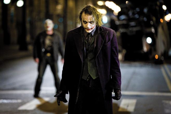本片反派小丑(joker)的饰演者希斯·莱杰(heath ledger)在电影上映前